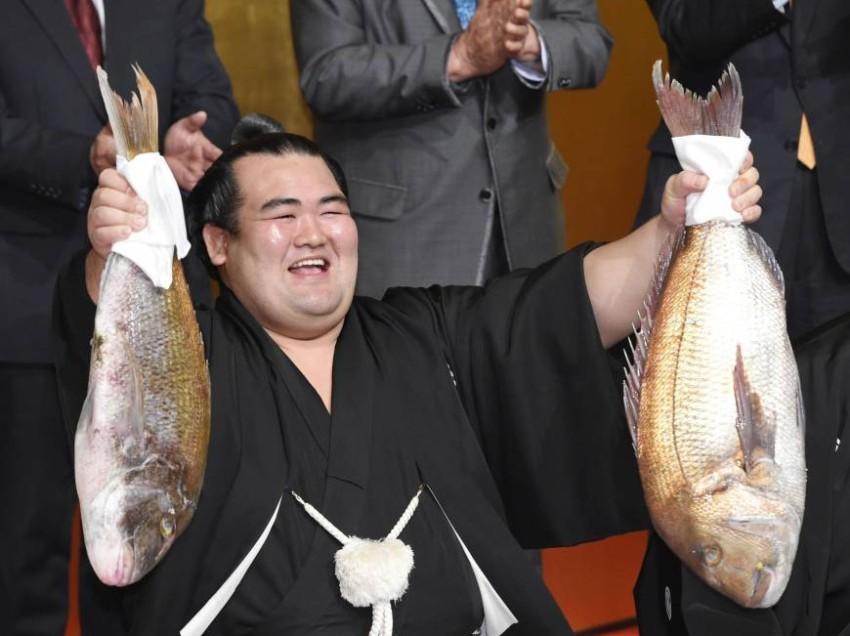 10 year wait is over! Kotoshogiku wins!
